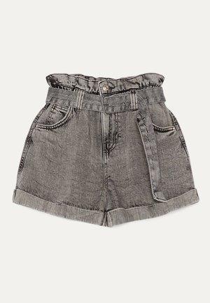 MIT GÜRTEL  - Szorty jeansowe - light grey