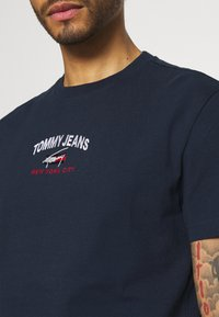 Tommy Jeans - TIMELESS SCRIPT TEE UNISEX - Print T-shirt - twilight navy - 3