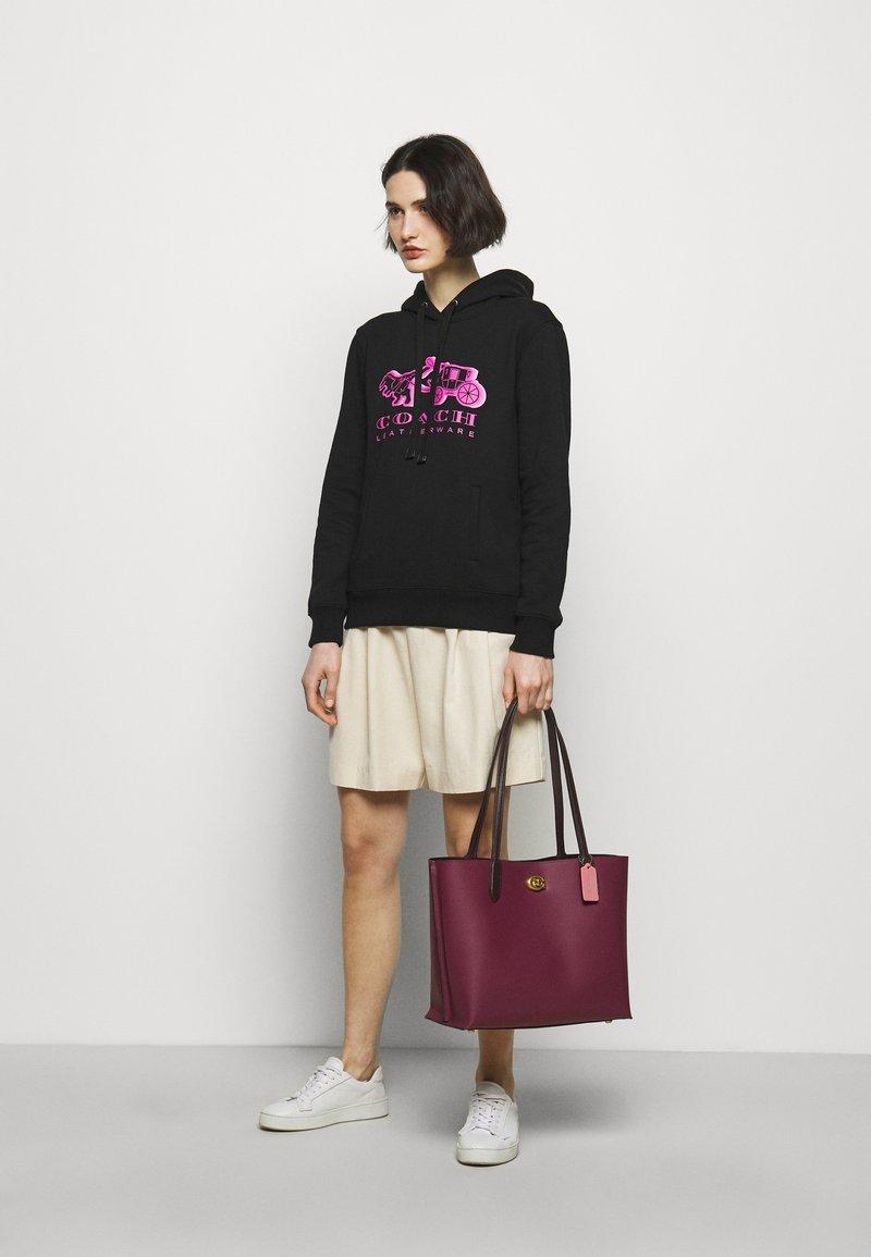 Coach - COLORBLOCK WILLOW TOTE - Tote bag - black cherry multi