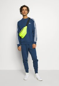 adidas Originals - 3 STRIPES CREW UNISEX - Sweatshirt - nmarin - 1