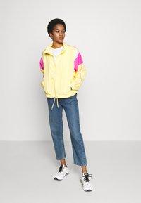 Nike Sportswear - LIGHTWEIGHT JACKET - Chaqueta fina - topaz gold/fire pink/white - 1