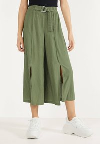 Bershka - MIT WEITEM BEIN - Pantalon classique - green - 0