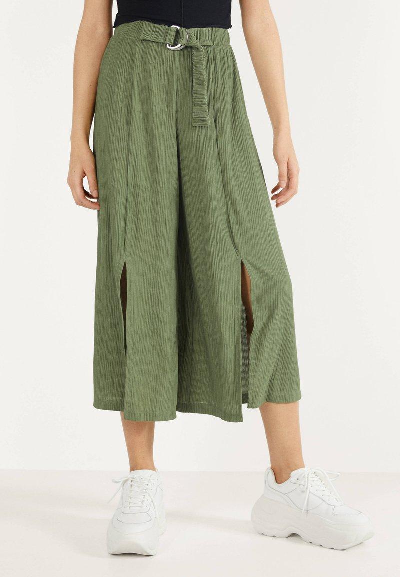 Bershka - MIT WEITEM BEIN - Pantalon classique - green