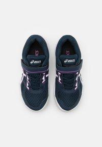 ASICS - UPCOURT UNISEX - Chaussures de tennis toutes surfaces - french blue/digital grape - 3