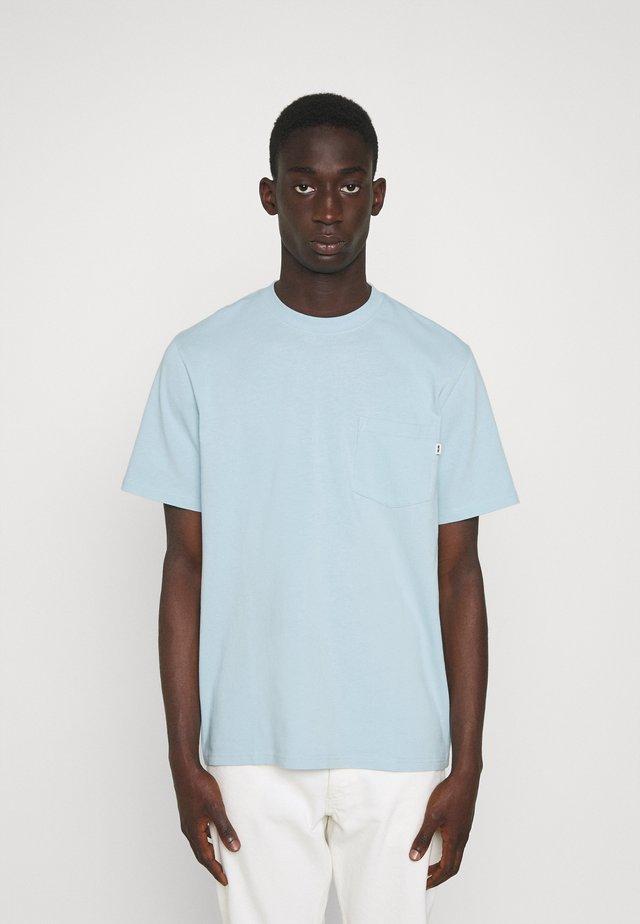 BOBBY POCKET - Basic T-shirt - light blue