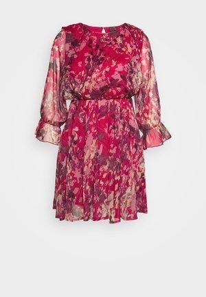 VMJACKIE SHORT DRESS  - Denní šaty - cherries jubilee