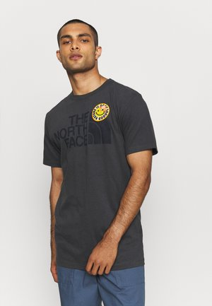 PATCHES TEE ASPHALT - T-shirt med print - asphalt grey