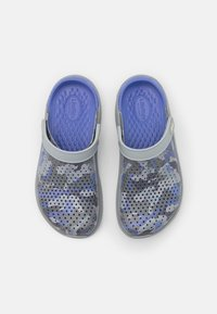 Crocs - LITERIDE PRINTED UNISEX - Klapki - lapis/multicolor - 3