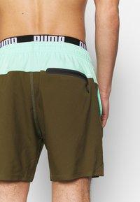 Puma - SWIM MEN LOGO MEDIUM LENGTH - Swimming shorts - olive/mint - 3