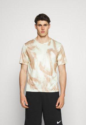 WILD RUN MILER - Print T-shirt - hemp/reflective silv