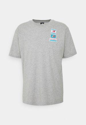 ESSENTIALS TAG TEE - Basic T-shirt - athletic grey