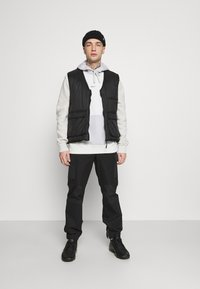 Nike Sportswear - HOODIE  - Bluza - spruce aura/light bone - 1