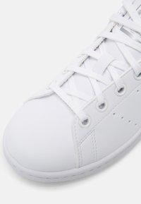 adidas Originals - STAN SMITH UNISEX - Trainers - white/white/silver metallic - 6