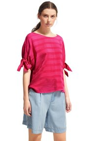 comma casual identity - MIT TUNNELZUG-DETAILS - Blouse - magenta woven stripes - 4