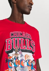 Outerstuff - NBA CHICAGO BULLS SPACE JAM 2 TUNES ON COURT TEE - T-shirt con stampa - red - 5
