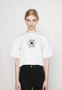 Converse - CHUCK WOMENS WANDER BOXY TEE - Print T-shirt - egret - 0