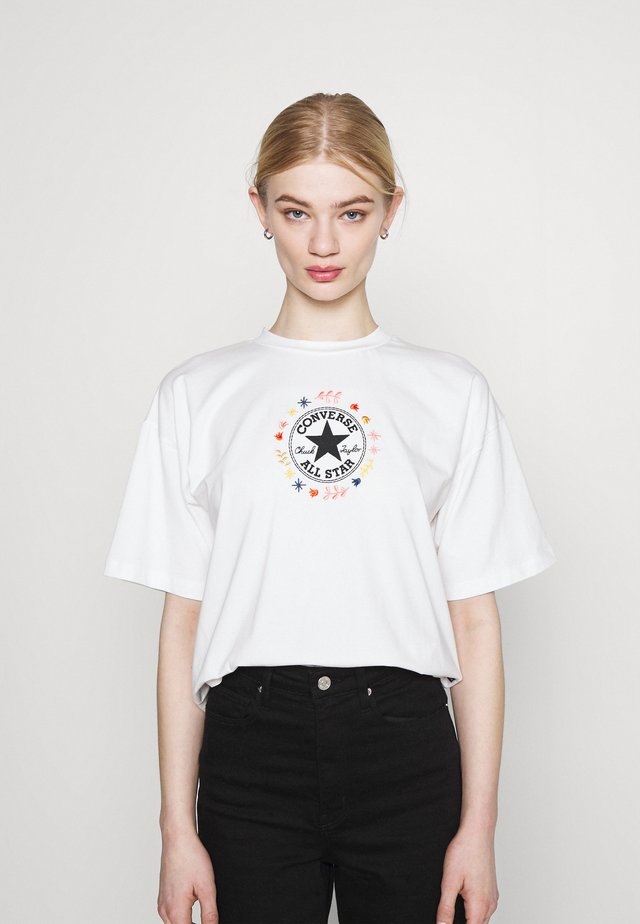 CHUCK WOMENS WANDER BOXY TEE - Print T-shirt - egret