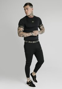 SIKSILK - SCOPE TAPE TECH TEE - T-shirt print - black