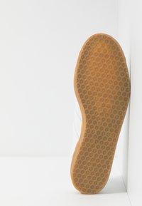 adidas Originals - GAZELLE - Trainers - footwear white - 4