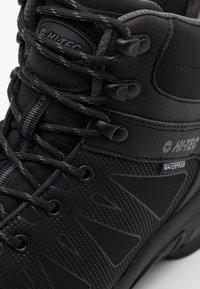 Hi-Tec - RAVEN MID WP - Chaussures de marche - black/charcoal - 5