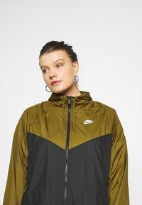 Nike Sportswear - PLUS - Kevyt takki - olive flak/black/white - 4
