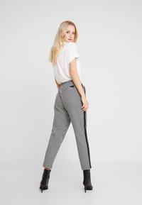 Marc O'Polo DENIM - PANTS PEPITA SHOELACE - Pantalon classique - black/white - 2