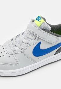 Nike Sportswear - COURT BOROUGH 2 UNISEX - Zapatillas - grey fog/game royal/iron grey/volt - 5