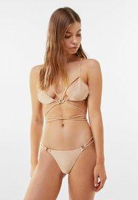 Bershka - MIT METALLRINGEN  - Bikini top - gold - 3