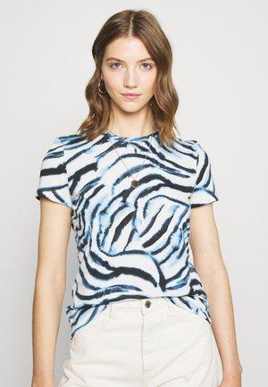 VMKOURTNEY BOX - T-shirts med print - placid blue/kourtney