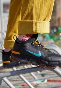 Nike Sportswear - AIR VAPORMAX 2019 UTILITY - Matalavartiset tennarit - off noir/black/cosmic clay/thunder grey - 7