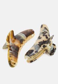 Pieces - PCABBI HAIR SHARK KEY 2 PACK - Hair styling accessory - almond buff - 2