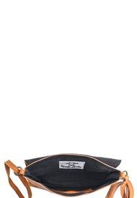 Gusti Leder - Across body bag - cognac - 4
