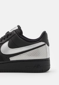 Nike Sportswear - AIR FORCE 1 '07 LV8 3M UNISEX - Sneakers basse - black/metallic silver - 7
