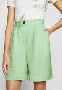 EDITED - JOANIE BERMUDA - Shorts - cameo green - 4