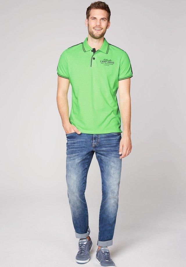 POLOSHIRT AUS PIQUEE - Polo shirt - neon green