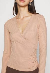 New Look - CARLY WRAP RUCHED SIDE - Topper langermet - camel - 5