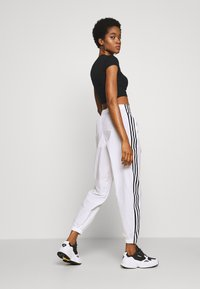 adidas Originals - LOCK UP ADICOLOR NYLON TRACK PANTS - Pantalon de survêtement - white - 2