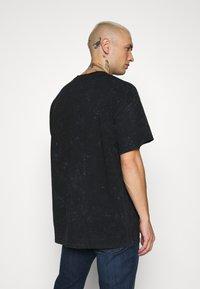 Mennace - NIRVANA OVERSIZED TEE - Print T-shirt - washed black - 2