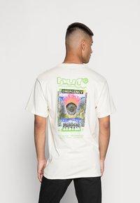 HUF - EMERGENCY SYSTEM - T-shirt imprimé - natural - 2