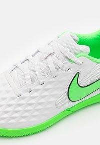 Nike Performance - TIEMPO JR LEGEND 8 CLUB IC UNISEX - Indoor football boots - platinum tint/rage green - 5