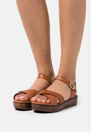 Sandalen met plateauzool - cognac
