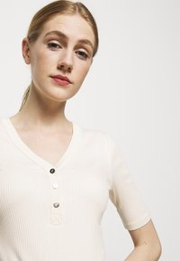 Lauren Ralph Lauren - T-shirts med print - mascarpone cream - 4