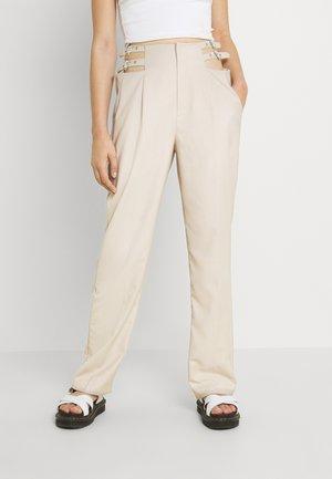 BUCKLE HIGH WAIST PANTS - Kangashousut - beige