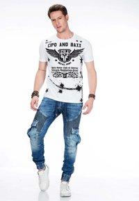 Cipo & Baxx - MIT CARGOTASCHEN - Slim fit jeans - blue - 3