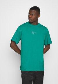 Karl Kani - SMALL SIGNATURE TEE UNISEX - Print T-shirt - turquoise - 2