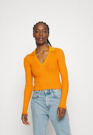 ROSIE NOTCH NECK - Pullover - mustard