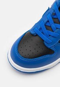 Nike Sportswear - DUNK  - Sneakersy niskie - black/hyper cobalt/white - 5