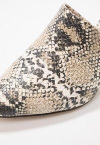 Call it Spring - AUGGEN VEGAN - Pantofle na podpatku - medium beige - 2