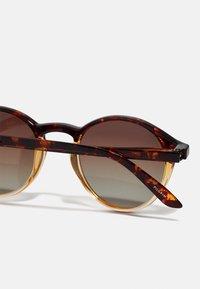 Pilgrim - SUNGLASSES ROXANNE - Sunglasses - brown - 3