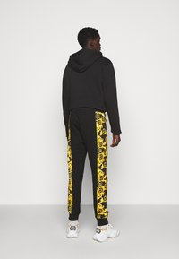 Versace Jeans Couture - PRINT LOGO BAROQUE - Teplákové kalhoty - black - 2